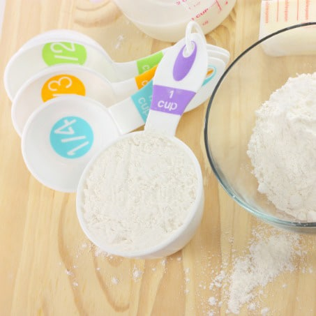 How to measure flour for baking