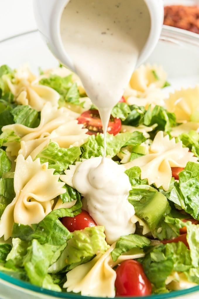 BLT pasta salad pour ranch